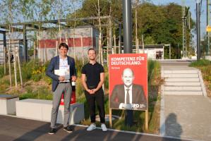 Dennis Stolarski überreicht Florian von Brunn ein Andenken
